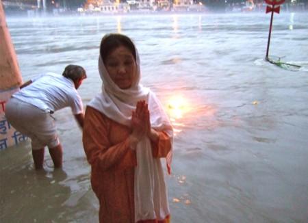 リシケシのガンジス河:アラティでお祈り