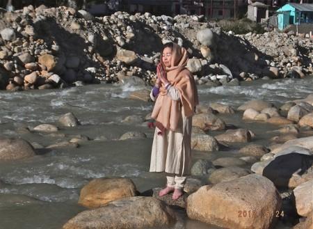 ガンジス河の源流バギラティにてお祈り