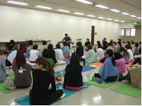 稲岡大介氏の癒しの音楽に参加者全員で聞き入る