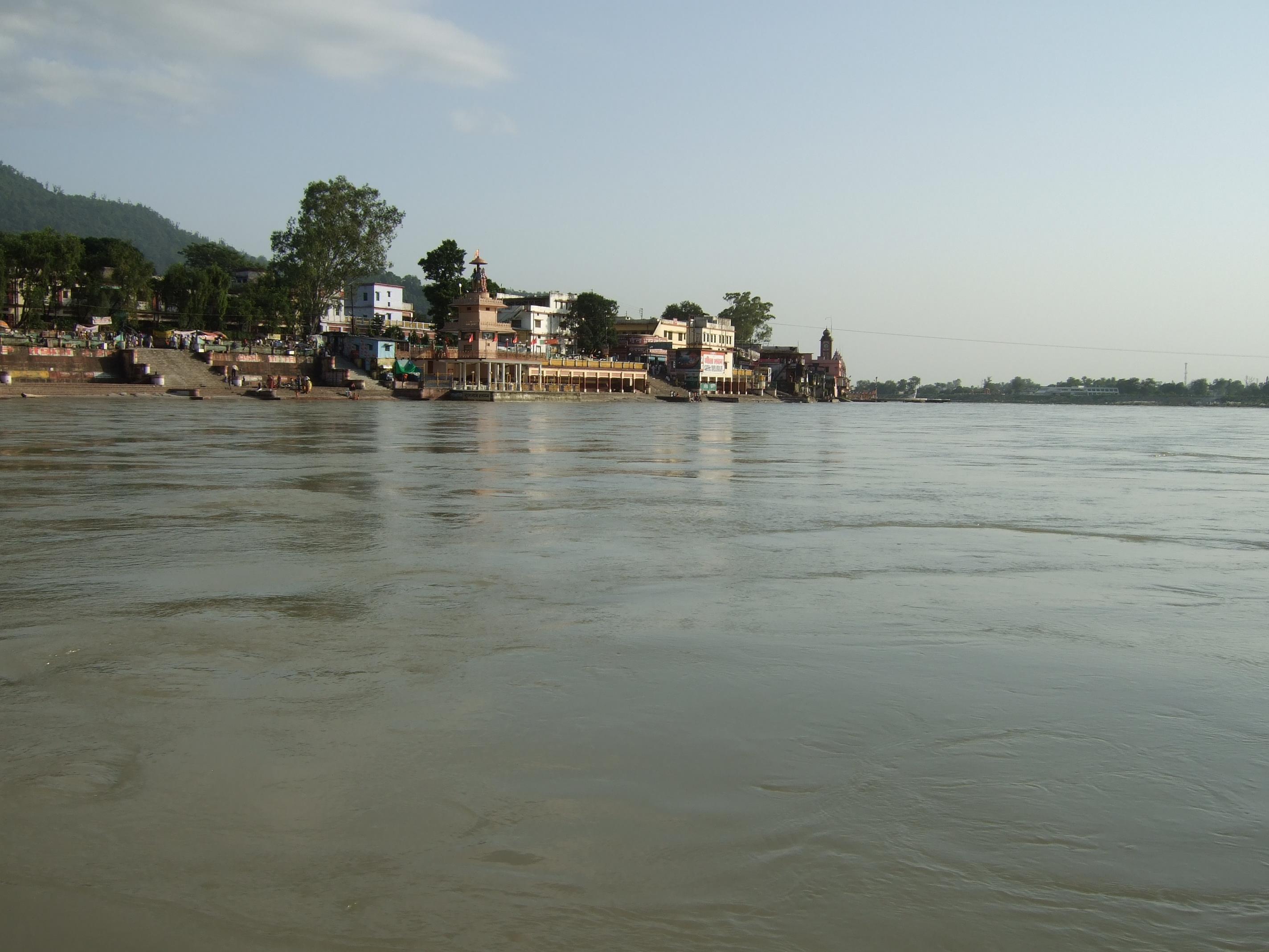 リシケシ 水量の多い時期のガンジス川