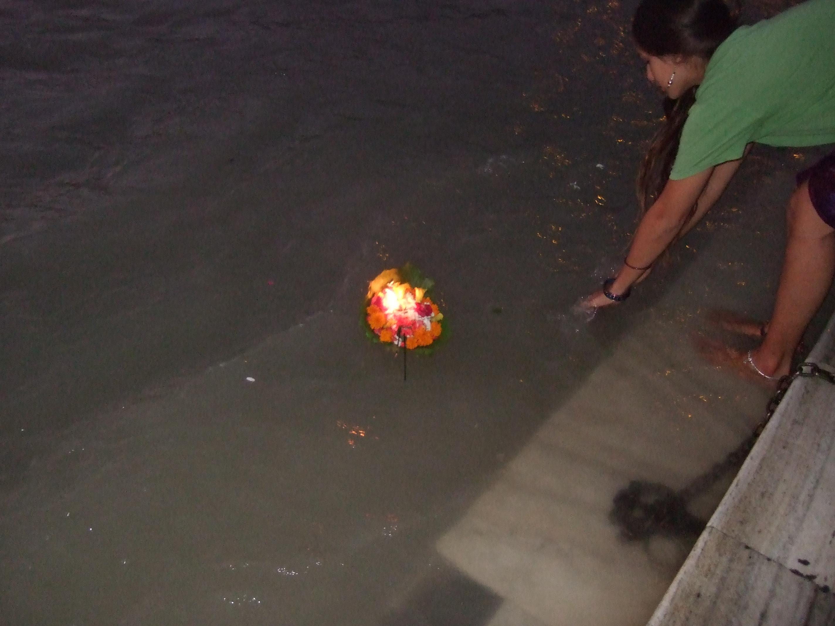 火を灯してお花と一緒にガンジス河に